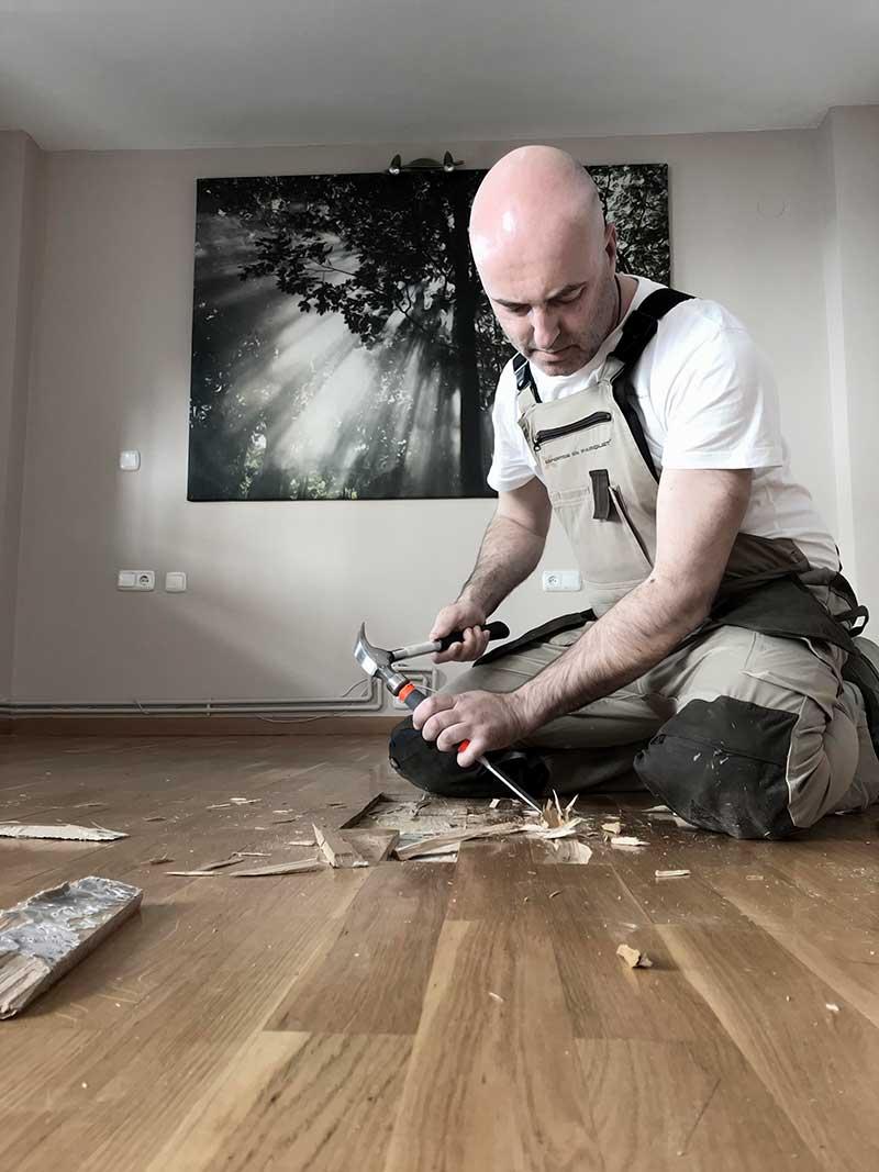 Nar Martín arreglando suelo de madera