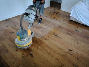 Aceitando suelo de madera o parquet